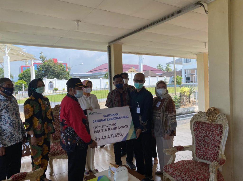 Bpjs Ketenagakerjaan Serahkan Santunan Jkm Kepada Ahli Waris Meutia Rahmawati Media Rakata